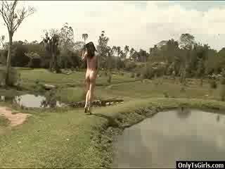 Adriana rodrigues strokes su xxl transgénero polla y blows un load de corrida al aire libre