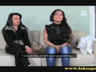 Angela en anne op casting zitbank