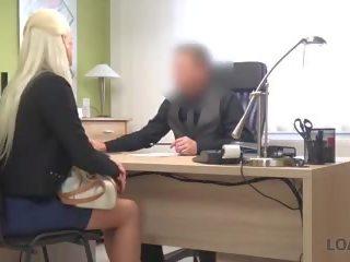 Loan4k adembenemend blondine met perfect lichaam offers agent