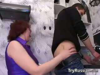 俄 母亲 wants 一 年轻 公鸡