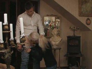 Pievilcīgas blondīne zviedri pusaudze un viņai boyfriend