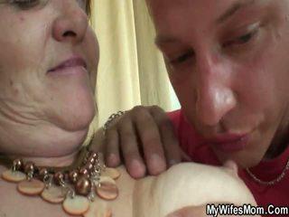 老 女士 forces 年轻 男孩 和 他妈的