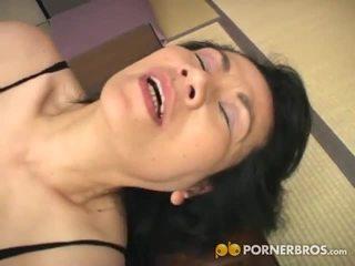 Porner premium: eldre asiatisk kuse gets toyed med en vibrator