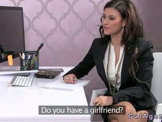 Female agent गड़बड़ पर एक डेस्क में ऑफीस