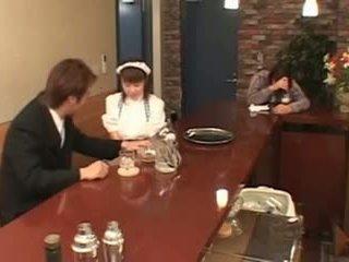 Barmfager japansk servitrise knullet i offentlig