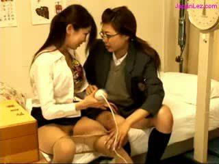Pelajar putri dan dokter stimulating pussies dengan penggetar di itu tempat tidur di itu schoolhospital