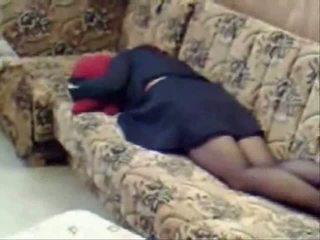 Mans māte mājas alone masturbācija par dīvāns