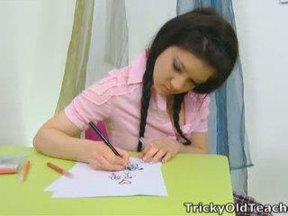 Vika van -ban a iskola szoba után misbehaving -val egy rózsaszín felső és egy szexi plaid szoknya