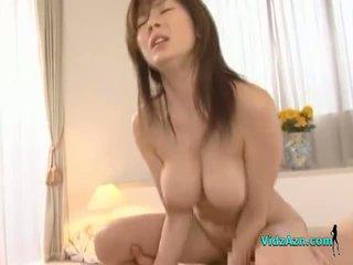 Rondborstig aziatisch meisje getting haar poesje geneukt hard facial op de bed