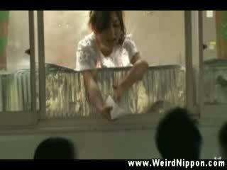 เอเชีย ผู้หญิงสวย getting orgasms ในขณะที่ working