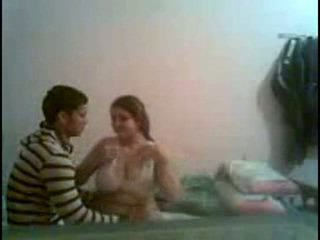 Desi büyük anne ve büyük breast islak gömlek
