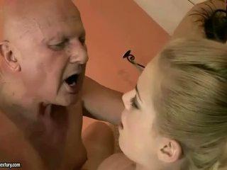 Zeer oud grootvader loves jong meisje