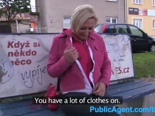 Publicagent kort haired blondine fuckes voor een deel in een fake film