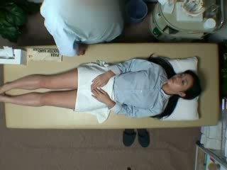 Spycam reluctant съпруга seduced от masseur