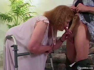 Grannyen loses henne tänder medan sugande