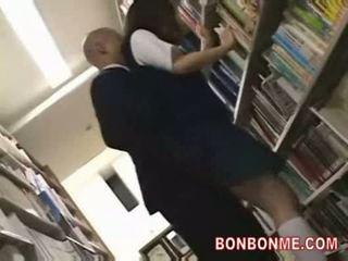 Écolière baisée par bibliothèque saytr et gives grand pipe