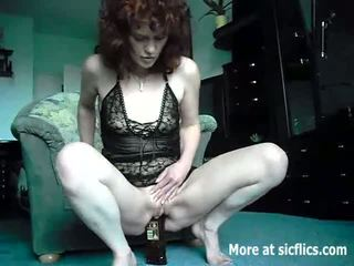 Extreem amateur fucks een whiskey fles en cucumbe