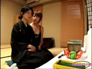 2 dewasa widows berciuman rubbing melon satu dari mereka getting dia puting sucked di itu tempat tidur