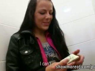 Euro kristyna iedīdītas uz publisks tualete
