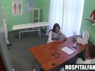 Sexy brünette patient getting ein voll körper massage