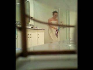 Adolescente spied a través de la baño ventana