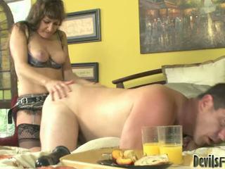 Alexandra soie ensemble avec la grand strap onto baise une bloke