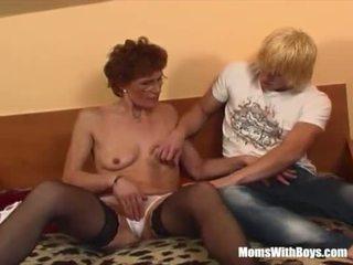 ג'ינג'ית סבתא ב laced גרביוני נשים fucks צעיר זין <span class=duration>- 20 min</span>