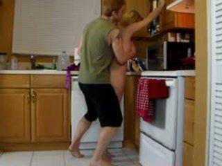 Anya lets fiú lift neki és darál neki forró segg míg ő cums