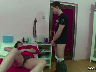 Momen fångad tyska pojke runkar när wake upp och få fan