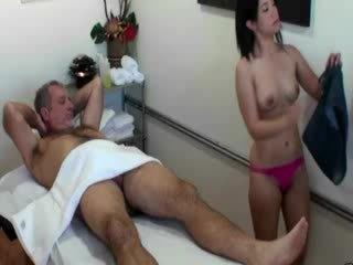 Aziatisch masseuse zuigen lul voor haar klant