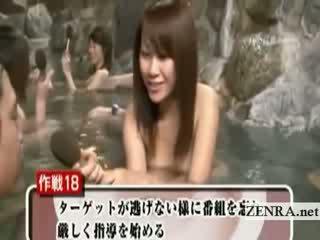 Sramežljivo goli japonsko šolarka zunaj kopanje intervju