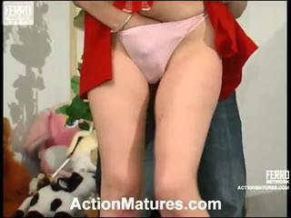 πορνό κορίτσι και οι άνδρες στο κρεβάτι, μικρό κόκορα και να επαιτούν tit, porn in and out action
