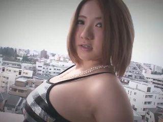Alice ozawa gives ένα ιαπωνία τσιμπούκι και fucks two guys
