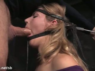 Babe could not stop her saliva from flowing out while fucked in mouth