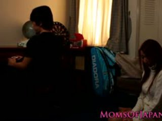 日本語 媽媽 cheats 和 gets 臉 性交