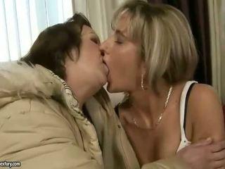 Nonnina e giovanissima baciare e enjoying sporco sesso