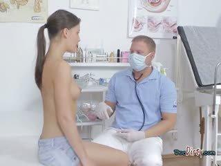 Aranyos tini visits neki trágár doktor és gets tapogatás