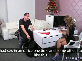 Female agent gives a footjob uz viņai birojs