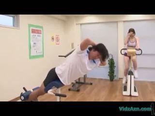 亚洲人 女孩 在 训练 连衣裙 giving 灰机 licking 附带 从 公鸡 上 该 mattress 在 该 健身房