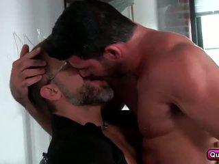 مثلي الجنس زوجان, الحب عمل في ال أريكة.