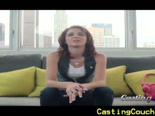 Casting canapé x avec petit titted brunette