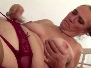 Vecs bet karstās vecmāmiņa piss un plays ar matainas cunt: porno 6a
