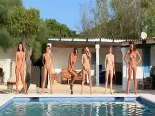 Six 裸 女の子 バイ ザ· プール から poland