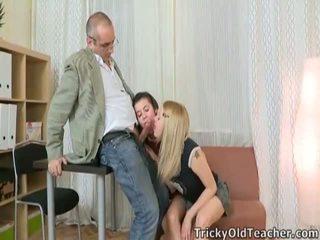 Video của trẻ cô gái having giới tính với một xưa đàn ông