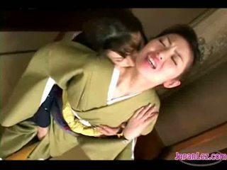 Asiática gaja em kimono getting dela rosto kissed cona e tetas