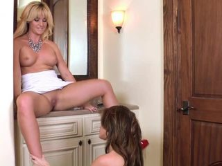 Brunette gets haar groot tieten eaten door angela sommers