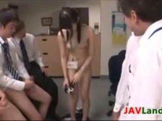 Japans meisje getting facials in de kantoor