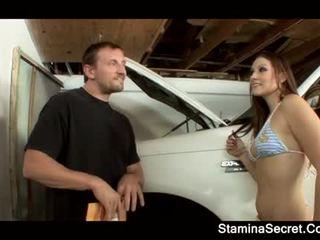 Elizabeth प्रिय keeping उसकी कार premium नीचे