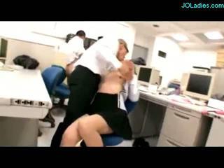 Büro dame giving handjob wichse bis titten stimulated mit vibrators lutschen cocks gefickt von guys auf die tisch im die büro