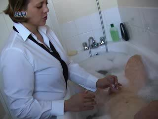Guy în o bath getting o laba de la an birou lucrător